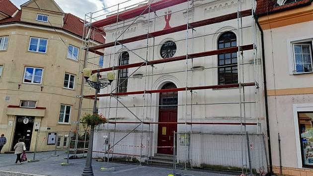 Opravují střechu bývalé synagogy ve Vyškově.