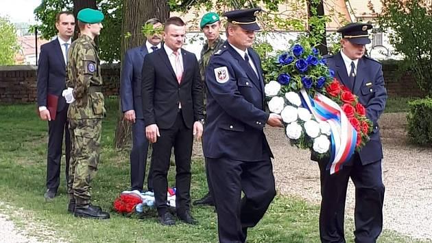 Pieta u hrobu šestnácti padlých rudoarmějců ve Slavkově u Brna 2019.