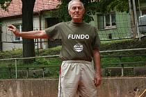 Bez Arnošta Šmerdy si nikdo v Holubicích už snad volejbal ani nedokáže představit. Zasloužil se o vybudování kurtů i kryté haly. Letos si splnil desetiletí trvající sen a dovedl tým Holubic do druhé ligy sportu pod vysokou sítí.