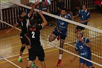 V rozhodujícím utkání prvního turnaje Českého poháru porazili volejbalisté Sokola Bučovice (ve světle modrém) tým EGE České Budějovice 3:2.
