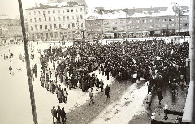 Sedmnáctého listopadu 1989se lidé shromažďovali na náměstích nejen vPraze, ale ive městech po celém Česku včetně Vyškova.