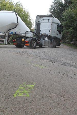 Druhý měsíc je kvůli opravě zcela uzavřený průtah Komořany. Řada řidičů kritizuje značení objížděk, neví, kam mají jet. Někteří se tak postarali ovyznačení vlastní objížďky.