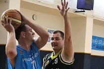 Basketbalovou halu Za Parkem si v sobotu rezervovali mužstva hráčů nad čtyřicet let. Memoriál Vlastimira a Zdeňka Ščudlových přinesl kvalitu i pohodu. A samozřejmě také urputné bitvy o každý míč.