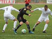 Ve 13. kole Moravskoslezské ligy porazili fotbalisté  MFK Vyškov (v bílém) MFK Frýdek-Místek 2:1.