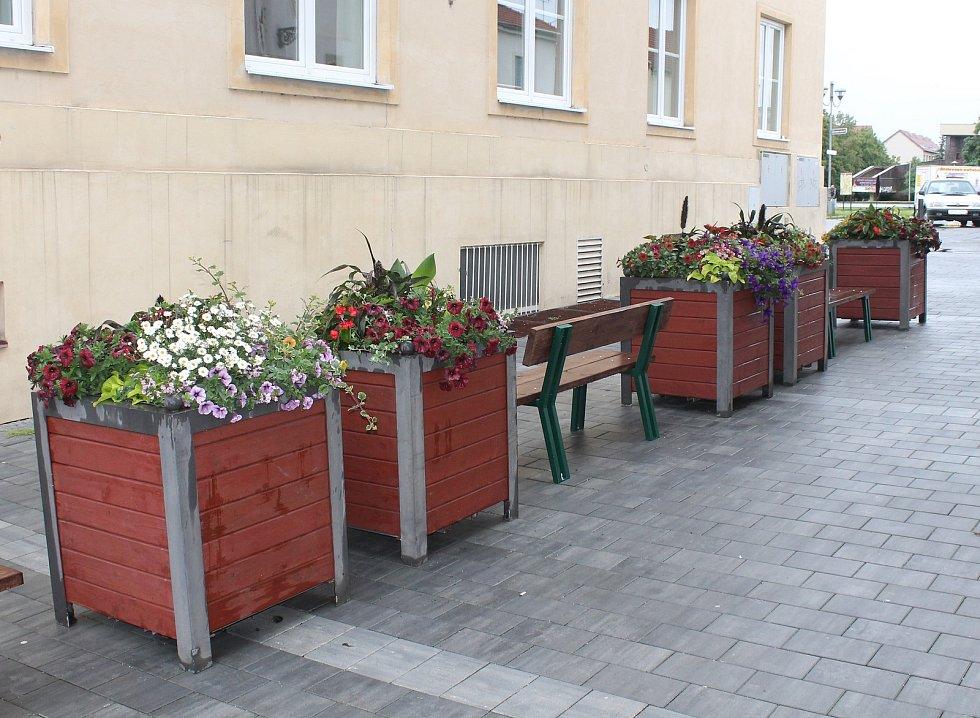 Sedm větších kontejnerů je umístěno v kombinaci s lavičkami v lokalitě mezi bývalou synagogou a budovou krajské hygienické stanice.