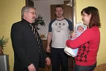 První miminko Vyškovska se jmenuje Matěj Hudák. Starosta Vyškova Petr Hájek přišel pogratulovat celé jeho rodině s přáním a velkým plyšovým medvědem.