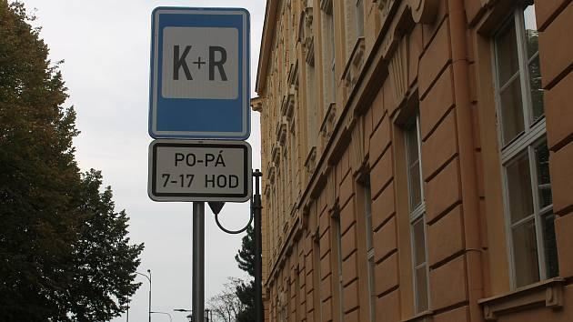U mnoha škol v regionu nemají rodiče kde parkovat. V hustém provozu někdy dokonce porušují dopravní předpisy.