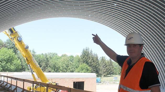 """Oblouky jsou složené ze zhruba třímetrových obloukových segmentů, které dělníci na zemi složili dohromady. Rozpětí mají asi šestatřicet metrů. """"Celkem bude střecha složená ze 124 segmentů,"""" přiblížil za stavební firmu Tomáš Halas."""