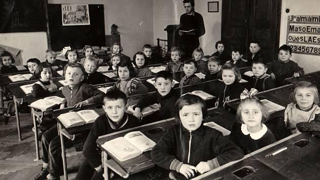 Žáci dodnes vzpomínají na svého učitele Josefa Ambrože. Na snímku třída ve školním roce 1956-1957.