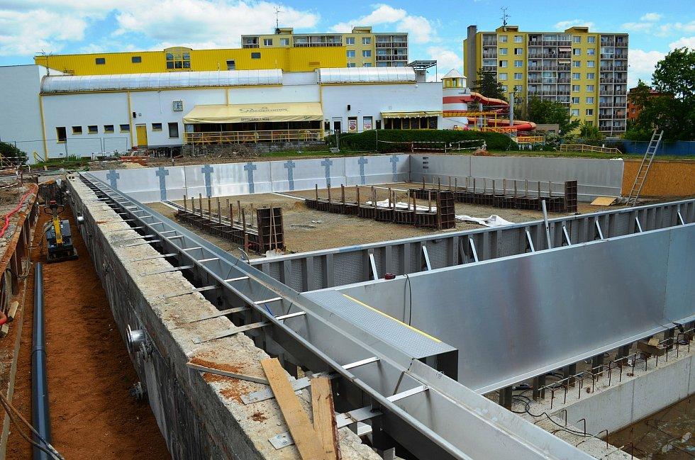 Venkovní bazén vyškovského akvaparku už v létě získal novou nerezovou vanu.
