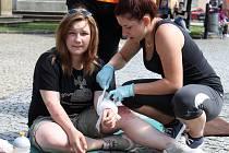 Školní soutěž v první pomoci ve Vyškově zaujala i veřejnost. Lidé si nechali měři tlak, někteří dokonce namaskovat zranění.