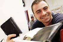 Vyškované nosí nalezené věci hlavně do informačního centra (na snímku). Nejvíc jde o peněženky a klíče.
