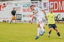 Oslabení fotbalistům MFK Vyškov (bílé dresy) nevadilo. I v deseti porazili Prostějov 4:0.