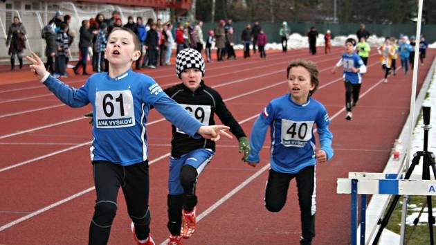 Druhý závod Běhání se svíčkou pro registrované i neregistrované běžce proběhl na oválu stadionu Za Parkem ve Vyškově.