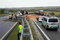 Nehoda kamionu s nákladem cihel na D1 u Velešovic na Vyškovsku.