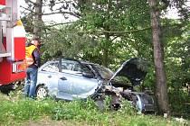 U Vyškova auto havarovalo do stromu. Spolujezdkyně na místě zemřela.