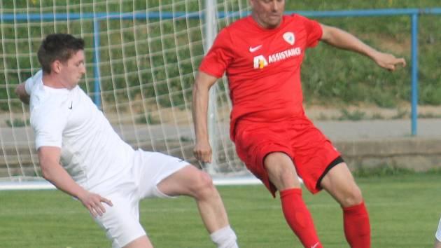 V dohrávce 16. kola krajského přeboru fotbalistů remizoval  Tatran Bohunice (v červeném) s FC Bučovice 1:1.