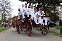 Snímek zachytil hasiče v historických uniformách na koněm tažené stříkačce, která je chloubou sboru.