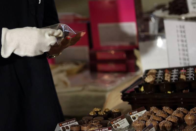 Stánky s čokoládou, ale i mnoha dalšími produkty jsou v těchto dnech na zámku ve Slavkově.