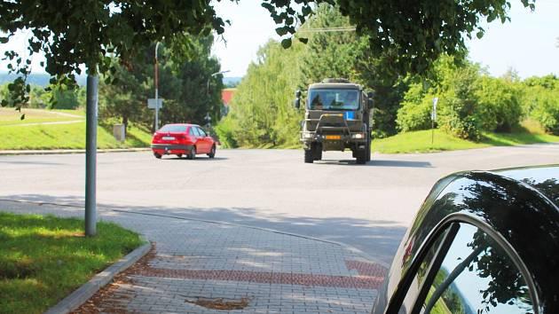 Křižovatce u areálu vojenské posádky chybí podle města a silničářů pořádný rozhled. Vyškované si myslí něco jiného: i kvůli malému provozu.