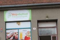 Zasloužil by metál. Tak hodnotí důchodce Arnošt Bruzda krok rodáka z Hamilton Milana Pospíšila, který nově provozuje obchod s potravinami. Prodejny na vesnicích přitom už dávno vytlačují velké obchodní domy.