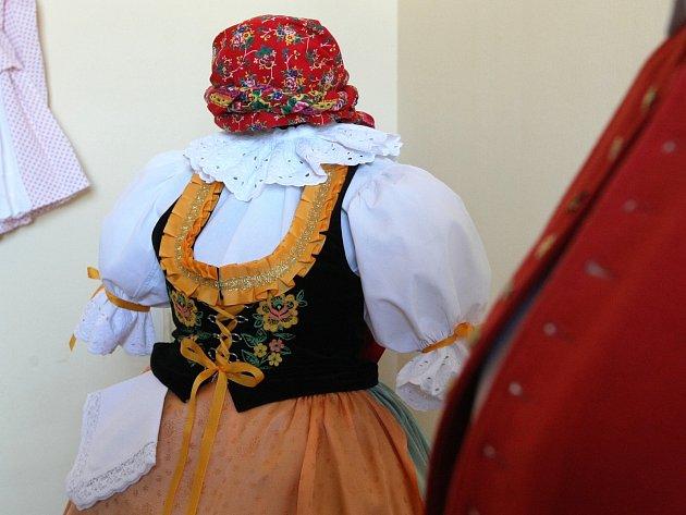 Ojedinělou výstavu krojů připravují odborníci na zámku ve Slavkově u Brna.