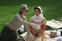 Pikniku v lužáneckém parku se mohl účastnik každý, komu je blízká doba první republiky a má rád kostýmované akce.