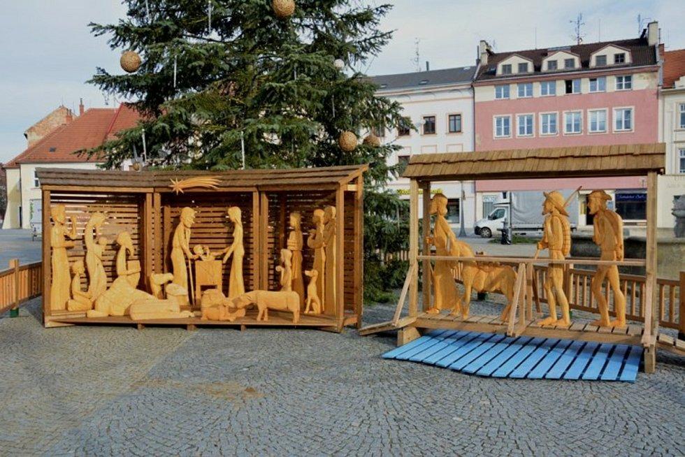 Dřevěný betlém zkrášluje vánoční svátky na Masarykově náměstí každý rok.