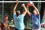 Tradiční letní turnaj na antukových kurtech v Holubicích vyhrál domácí tým.