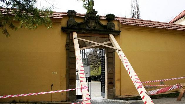 Zeď zámku ve Vyškově se vyklání, hrozí jí zřícení.