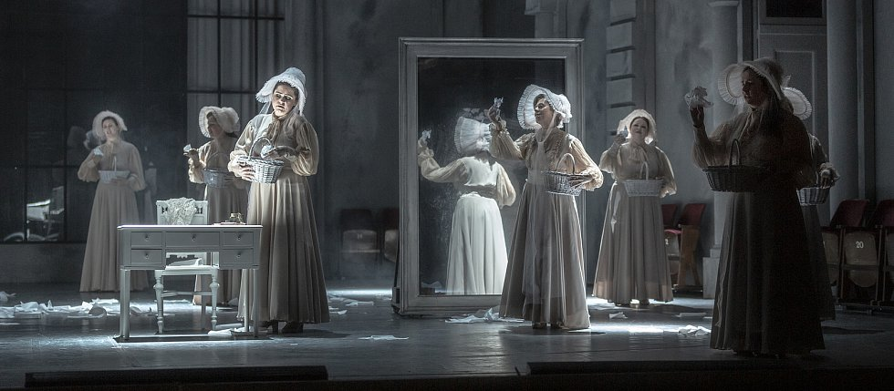 Snímky z generální zkoušky inscenace Evžen Oněgin Janáčkovy opery Národního divadla Brno. Lidé si novinku vychutnají zatím alespoň v televizi.