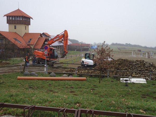 Prostory farmy vsoučasné době využívá jako sklad firma budující vOlšanech kanalizaci.