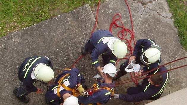 Transport raněného z výšky na zem.