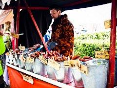 Slavkovské trhy pro návštěvníky připravily všehochuť - od batikovaných triček, přes domácí koření, až po rytířské přilby.