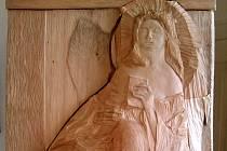 Obecní úřad v Komořanech zdobí od začátku prosince nová plastika svaté Barbory.
