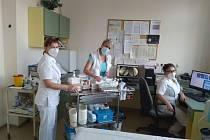 V nemocnici pomáhají učitelky a studenti z Gymnázia a Střední odborné školy zdravotnické a ekonomické ve Vyškově.