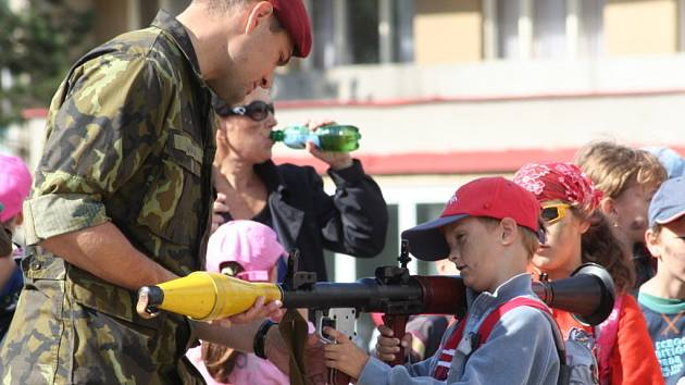 Dětem se na jejich svátek věnovali vojáci.