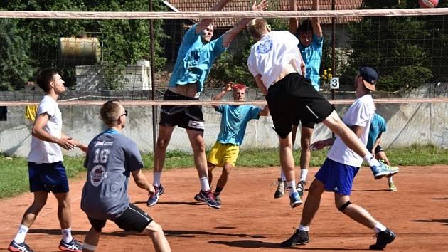 Snímky ze zápasů volejbalistů Sokola Bučovice na antukovém turnaji v Drásově.