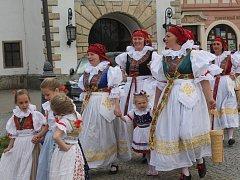 Průvod krojovaných za zpěvu lidových písní zahájil vyškovský Hanácký den.