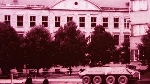 Obrněný transportér před základní školou v Nádražní ulici ve Vyškově. To je jedna z fotografií z výstavy dokumentující událostmi nabitý rok 1968. Expozice je k vidění v Muzeu Vyškovska a potrvá do sedmnáctého září.