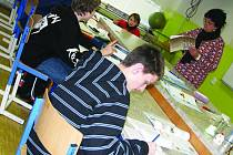 Také na Základní škole Morávkova ve Vyškově musejí vypomáhat učitelé v důchodu. Místo toho, aby si Marie Kaldová užívala penzi, učí tam fyziku.