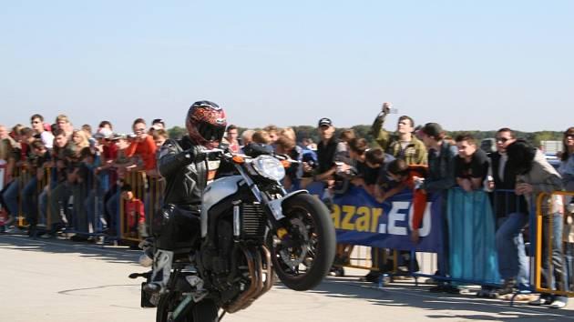 Do Vyškova se sjedou nejen silné automobily.  Lákadlem jsou i kaskadéři na motocyklech.