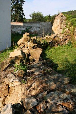 Torzo románské rotundy svatého Pantaleona z12. století vPustiměři se vedení obce rozhodlo zachránit svépomocí.