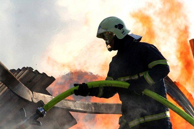 VLulči vypukl rozsáhlý požár haly na dřevo, který ji totálně zdemoloval. Hašení se účastnilo desítky požárních jednotek. Oheň ohrožoval ičerpací stanici.