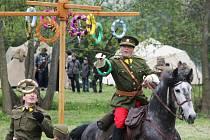 Každý rok se v zámeckém parku v Habrovanech koná středověká bitva. Tentokrát ale nahradily luky a meče děla a samopaly.