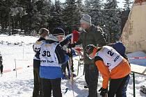 Trenér a vedoucí mladých biatlonistů Vladimír Haumer (mezi dětmi) dává svým svěřencům rady, jak úspěšně zvládnout kromě letní i zimní soutěž.