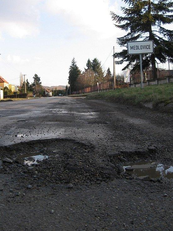Vyškovští cestáři zalepili proděravělou silnici u Medlovic, zatím však jenom provizorně. Na celkovou opravu průtahu totiž nejsou peníze.