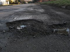 Silnice u Medlovic. Archivní snímek.