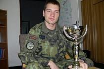 Vítěz tří ročníků Winter Survivalu Viktor Novotný se svým posledním pohárem.