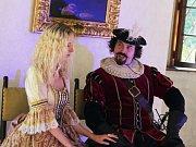Obdivovat krásy bučovického zámku mohli návštěvníci v sobotu při divadelním představení, které se odehrávalo večer na jedné z prohlídkových tras. Herci diváky také vtáhli do děje. Dámy například dostaly možnost zatančit si se šlechtici.
